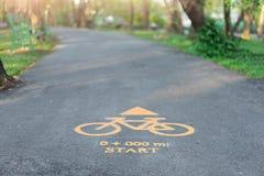Vägmärken för cyklar på allmänhet parkerar royaltyfria bilder