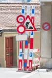 Vägmärken i en gata under rekonstruktion Arkivfoton