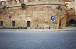 Vägmärken i gammal stad av det Istanbul landskapet royaltyfri bild