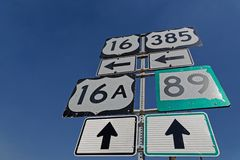 Vägmärken och riktningar på huvudvägen arkivbilder
