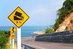 Vägmärken på en gränsmärkeväg med seaview, Thailand Fotografering för Bildbyråer
