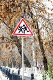 Vägmärken på gatan arkivfoton