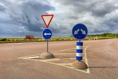 Vägmärken på huvudvägen i en storm royaltyfri fotografi