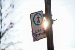 Vägmärken som låter cyklar på trottoaren royaltyfri fotografi