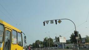 Vägmärken som ses från bilen som fortskrider stadsgatan, trafikregler, hastighetsbegränsning lager videofilmer