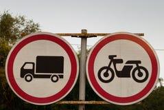 Vägmärken vägmärke på en bakgrund av träd, rörelsen av lastbilar förbjudas, rörelsen av motorcyklar förbjudas, p fotografering för bildbyråer