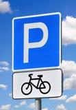 Vägmärkeparkering för cyklar på en bakgrund för blå himmel Arkivfoto