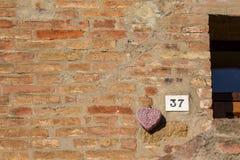Vägmärket på ett hus som läser numret trettiosju, gjorde ut ur metalliska siffror på en marmorgrund Royaltyfri Foto