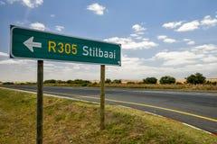 Vägmärket på ruttN2vägen i Sydafrika nära skäller fortfarande peka fortfarande för att skälla R305 Arkivbilder