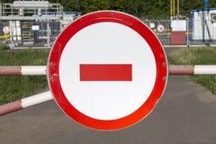 Vägmärket skriver in inte på en barriär mot industriellt objekt Skyddsområde i Ryssland royaltyfria foton