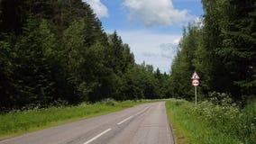 Vägmärkevarning av den farliga högra kurvan och undertecknar ingen bortgång Royaltyfria Bilder