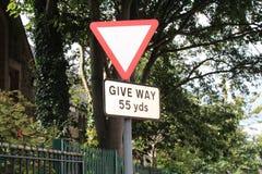 Vägmärkevarning av ger vägen i 55 gårdar Royaltyfria Bilder