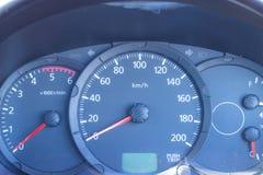 Vägmätarehastighetsmätare i bilen som ska köras där Royaltyfri Fotografi