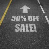 Vägmarkering 50% av försäljning Arkivfoton