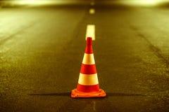 Vägmarkering och apelsinkotte i parkering på asfalten Fotografering för Bildbyråer