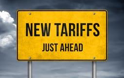 Vägmeddelande - nya tariffar precis framåt fotografering för bildbyråer