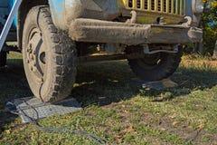 Vägning av en lastbil på en kompakt elektronisk skala i fältet under skörd arkivfoto