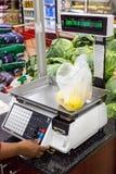 Vägningsskala i en supermarket arkivbilder