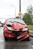 Vägolycka med röd bilkrasch arkivfoton