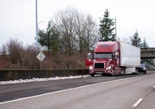 Vägpatrullpolisen kontrollerar den stoppade halva lastbilen lång-transportsträckan för den stora riggen Arkivfoto