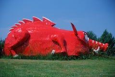 Vägrendragningen av metall skulpterade den röda dinosaurien, Berryville AR royaltyfri bild