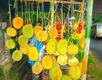 Vägrenen shoppar med durians Royaltyfri Foto
