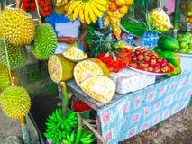 Vägrenen shoppar med durians Royaltyfria Foton
