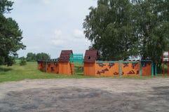 Vägrenservice i Vitryssland Barns lekplats i form av en fästning Royaltyfria Foton