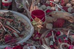 Vägrenvägren som erbjuder religion för Candomblé/UmbOffering Candomblé/Umbanda med rosor, cigarrettes och licquor royaltyfri fotografi