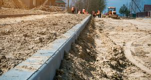 Vägreparationsarbetare lägga för stenläggningtjock skiva royaltyfria foton
