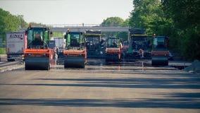 Vägrullar pressar samman asfalten stock video