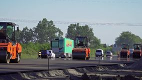 Vägrullar pressar samman asfalten lager videofilmer