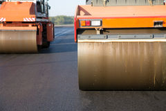 Vägrullar under asfaltcompactionarbeten Royaltyfri Bild