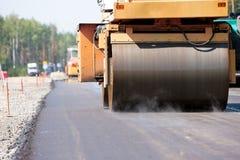 Vägrulle som pressar samman asfalttrottoar Arkivfoton