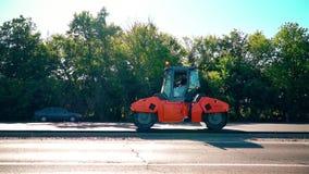 Vägrullen pressar samman asfalten stock video