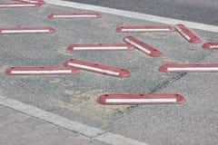 Vägsäkerhet tecken för trafikregler och vägbegränsningar för bilar och cyklar riktningen av rörelse av musikbanden arkivfoton