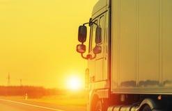 Vägsändnings med lastbilen arkivbild