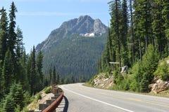 Vägsikt längs huvudväg 20, Washington State Royaltyfri Fotografi