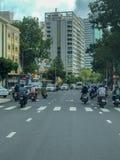 Vägsikt med trafik i staden Ho Chi Minh i Vietnam arkivbild