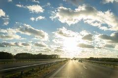 Vägsol och himmel arkivfoto