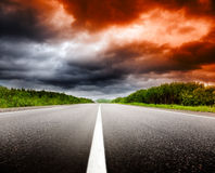 vägsolnedgång Arkivfoto