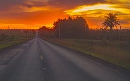 vägsolnedgång till royaltyfri foto