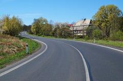 Vägspolningen runt om lantliga hus Fotografering för Bildbyråer
