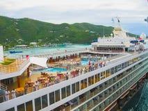 Vägstad, Tortola, British Virgin Islands - Februari 06, 2013: Kryssningskeppet Mein Schiff 1 anslöt i port Royaltyfri Fotografi
