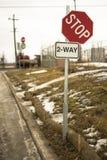 2-vägstopptecken Arkivbild