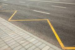Vägteckning som indikerar inget stoppa eller parkera Arkivfoton