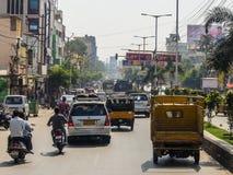 Vägtrafik i Tirupati, Indien arkivfoto