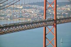 Vägtrafik på bron Arkivfoton