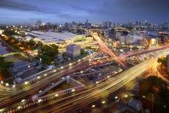 Vägtrafik på den Bangkok staden med horisont på natten vid den långa exponeringsforsen för teknik, Thailand Fotografering för Bildbyråer