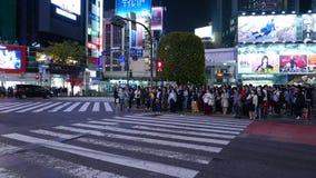 Vägtrafik på den Shibuya förbindelsen på natten, Tokyo Japan arkivfilmer